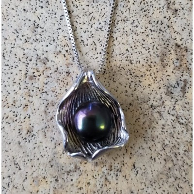 Pearl in Shell Necklace - Black